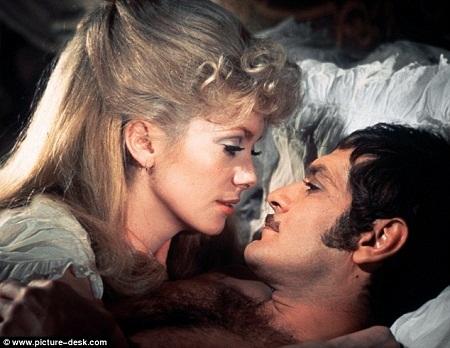 """Omar Sharif và nữ diễn viên Catherine Deneuve trong phim """"Mayerling"""" (1969)."""
