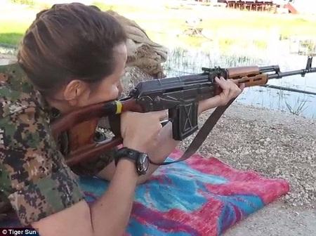 Siêu mẫu gia nhập quân đội, chiến đấu chống phiến quân IS