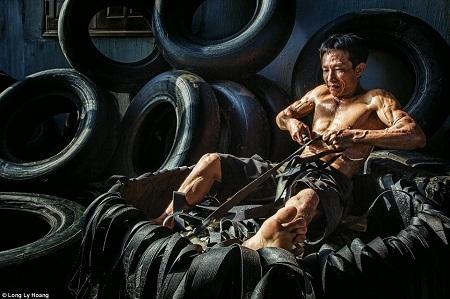 Người đàn ông đang tìm cách tái chế những chiếc lốp cũ - Tác giả: Lý Hoàng Long.
