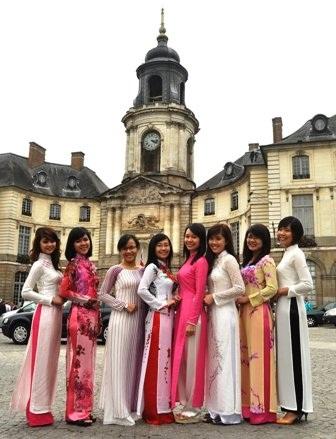 Áo dài Việt trên đất Pháp
