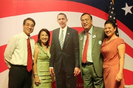 Ông Lê Thành Ân, Tổng lãnh sự Mỹ tại TPHCM chụp hình kỷ niệm với các chính khách.