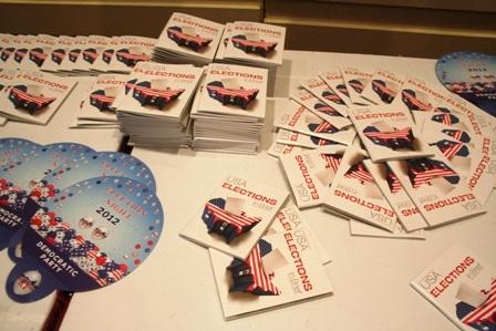 Tài liệu và những món quà lưu niệm nhỏ mang ý nghĩa ngày bầu cử