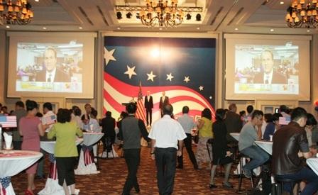 Hai màn hình lớn trực tiếp diễn biến buổi bầu cử