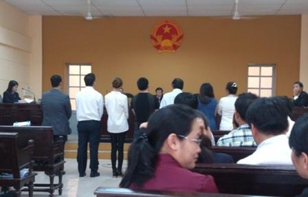 Các đương sự và nhân chứng vụ án đều có mặt tại tòa