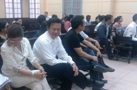 Ông Ly Sam (áo trắng) tại tòa