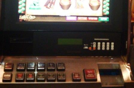 Góc dưới, bên phải là nơi người chơi đưa tiền vào máy đánh bạc