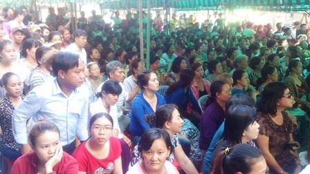 Rất đông người dân theo dõi phiên tòa