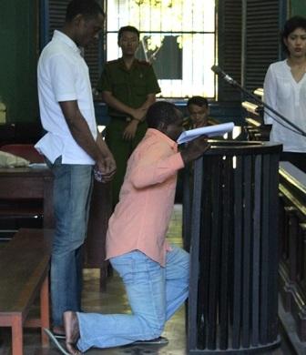 Duru bất ngờ quỳ xin tòa giảm án
