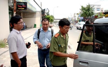 Thượng tá Thụ (phải) cho biết đã tạm đình chỉ 2 CSGT liên quan để làm sáng tỏ vụ việc