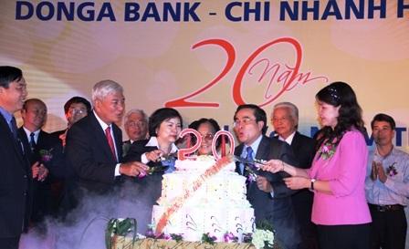 Cắt bánh sinh nhật mừng tuổi 20 của DongA Bank Hà Nội