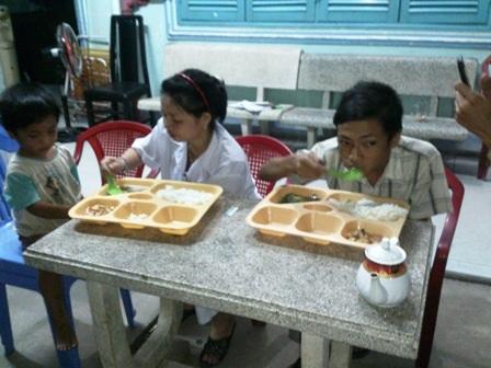 Bữa cơm đầu tiên của hai đứa trẻ sau những ngày dài lang thang ăn xin trong đói khát