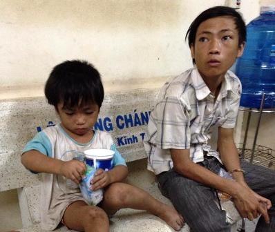 Cậu cháu Đức, Hòa lúc bị phóng viên bắt quả tang đi ăn xin