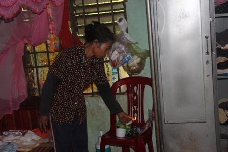 Căn phòng của người con gái mới sinh vài ngày phải thắp đèn dầu để sinh hoạt