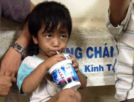 Cháu Đức giải cứu trong cơn đói khát dật d
