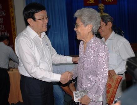 Chủ tịch nước Trương Tấn Sang thăm hỏi bà con cử tri quận 4