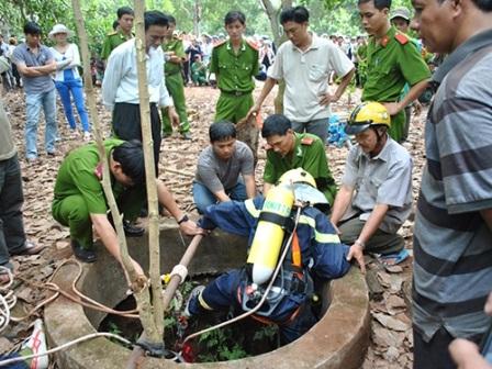Cơ quan CSĐT khám xét khu vườn bà Lê Thị Hường