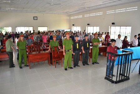 Đông đảo người dân đến dự phiên tòa lưu động