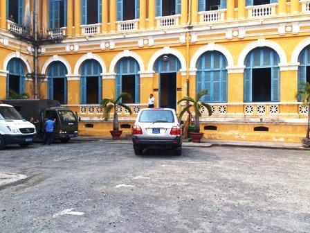 Chiếc xe công vụchở Trưởng Ban Nội chính Trung ương Nguyễn Bá Thanh đỗ trước tòa