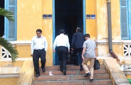 Ông Nguyễn BáThanh (áotối màu)vào tòa theo cổng tòa Dân sự