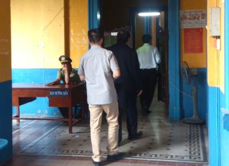 Ông Nguyễn BáThanhvào bên trong theo dõi phiên tòa đang xét xử qua màn hình.