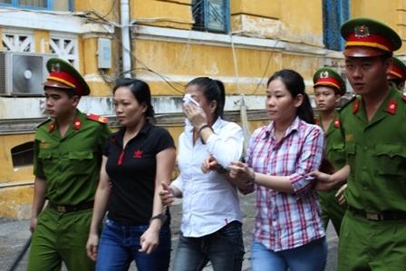 Bị cáo Huỳnh Chiêu Vân (áo trắng, che mặt) tại tòa phúc thẩm
