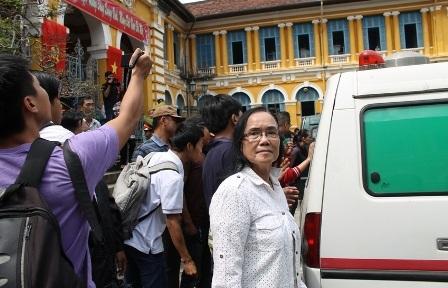 Bà Nguyễn Thị Lang (áo trắng), mẹ ruột của Huyền Như lên tiếng về căn biệt thự trị giá 43 tỷ đồng
