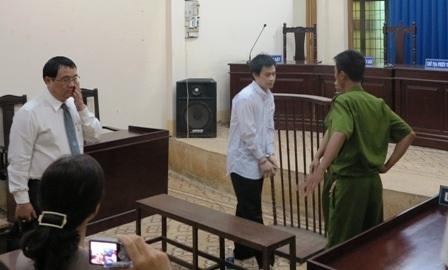 Bị cáo Lợi (giữa) tại phiên tòa sơ thẩm
