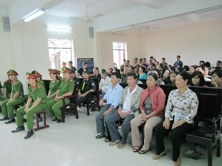 Nạn nhân và nhân chứng vụ án ngồi hàng ghế đầu chăm chú theo dõi phiên tòa