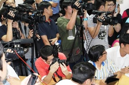 Các phóng viên vẫn bám thông tin tại Sở chỉ huy tiền phương