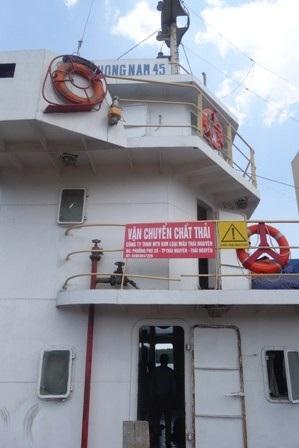 Trên tàu có biển cảnh báo chất thải nguy hại