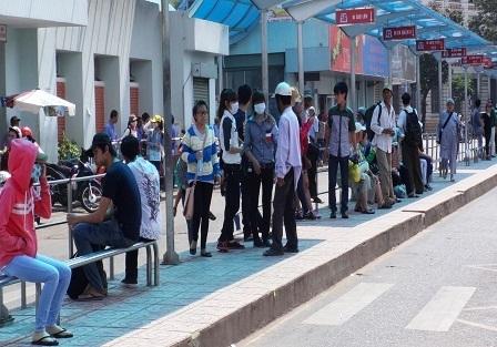 Ngày lễ, tết, chỉ có bến xe buýt trước cổng chợ Bến Thành, Q.1 vẫn tấp nập hành khách