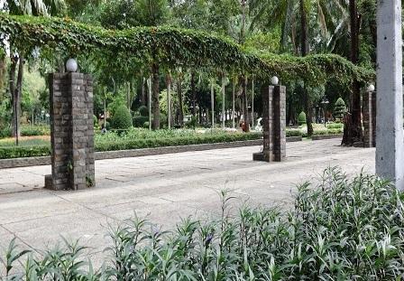Lối đi bộ ven công viên Tao Đàn cũng vắng bóng người