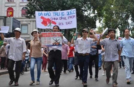 Người biểu tình chật kín tuyến đường Phạm Ngọc Thạch