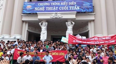 Sinh viên TPHCM phản đối Trung Quốc bằng cách rất riêng của mình