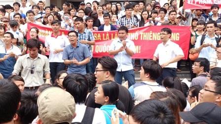 Sinh viên TPHCM xuống đường biểu tình