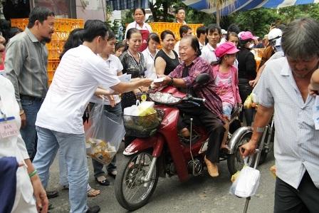 Những phần cơm, quà nghĩa tình được trao cho người khuyết tật