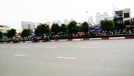 Thậm chí, có người đi đường còn ra giữa đường, bất chấp nguy hiểm để chứng kiến các quái xế