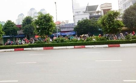 Rất đông quái xế đua xe như chốn không người, bất chấp pháp luật.