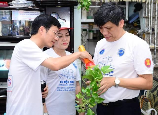 GS.TS Nguyễn Thanh Long, Thứ trưởng Bộ Y tế và PGS.TS. Phan Trọng Lân (Viện trưởng Viện Pasteur Tp.HCM), đang giám sát công tác phòng chống sốt xuất huyết tại quận 7, Tp. Hồ Chí Minh