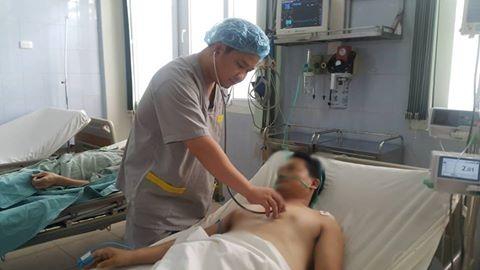 Nhờ được can thiệp kịp thời, bệnh nhân đã qua nguy kịch. Trong ảnh, bác sĩ khám lại cho bệnh nhân sau khi tiến hành can thiệp. Ảnh: T.X