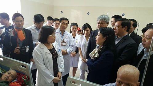 Bộ trưởng truy lãnh đạo khoa Nội 2 (Đầu cổ) vì không nắm được đâu là bệnh nhân nội trú, đâu là bệnh nhân ngoại trú trong số 4 người ngồi trên một giường bệnh.