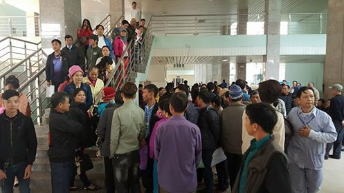 Thấy sự xuất hiện của Bộ trưởng Bộ Y tế, rất nhiều bệnh nhân tại cơ sở K3 Tân Triều kéo đến, quây bộ trưởng phản ánh về những bức xúc tại BV.