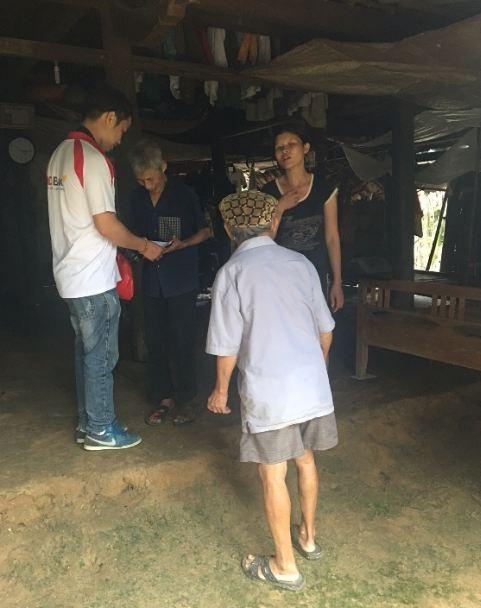 Đoàn Thanh niên HDBank cùng các thành viên đoàn cứu trợ tặng quà cho các gia đình bị ảnh hưởng nặng nề của đợt mưa lũ.