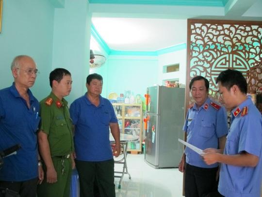Cơ quan điều tra VKSND tối cao đọc lệnh khám xét nhà.
