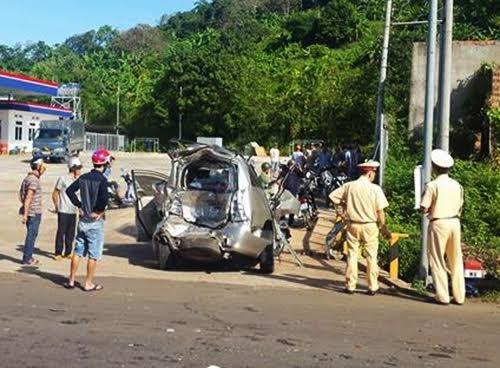 Chiếc ôtô hiệu Innova bị biến dạng sau vụ tai nạn. (Ảnh X.Thời)