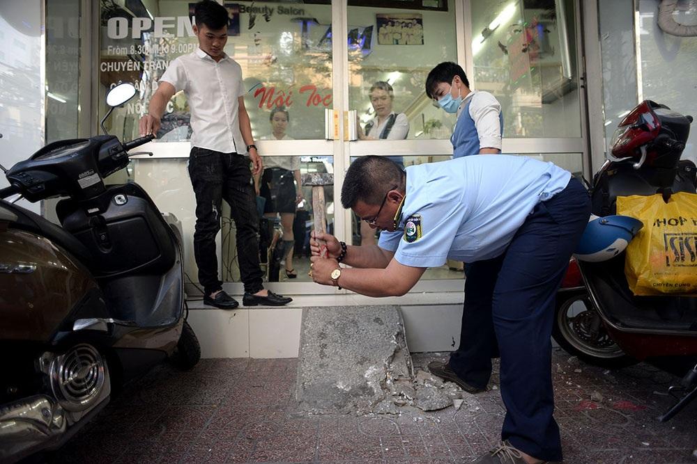 Lực lượng trật tự đô thị Quận 3 hỗ trợ người dân dỡ bỏ các phần xây dựng vi phạm.