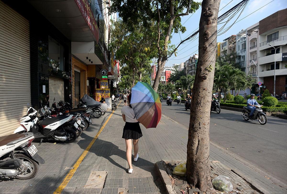 Đường Phan Xích Long, quận Phú Nhuận thông thoáng sau khi người dân tự tháo dỡ bảng hiệu, phá bỏ những phần xây dựng trái phép.