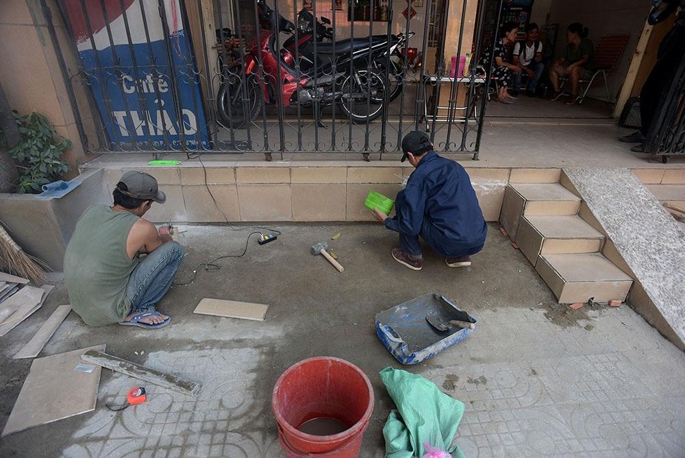 Ông Nguyễn Thành Phương - Phó Chủ tịch UBND quận Phú Nhuận cho biết quận đã thông báo và cho họ thời gian 1 tuần để sửa chữa những vi phạm lấn chiếm vỉa hè. Hộ dân trên đường Phan Xích Long tiến hành đập bỏ bớt phần hiên nhà nhô ra cho đúng với quy định.