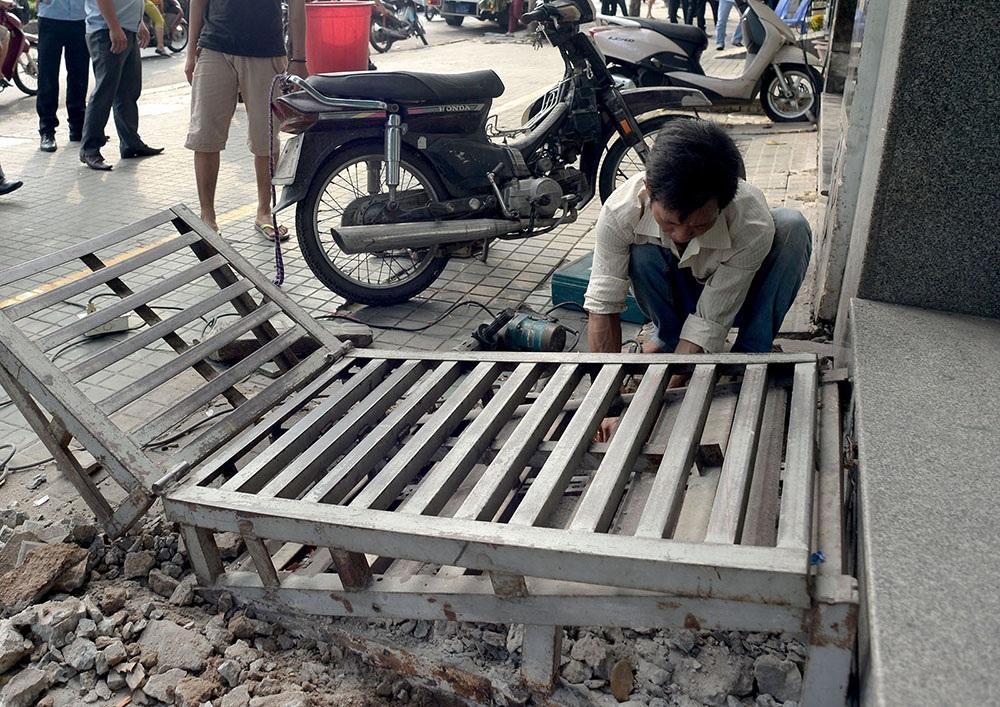 Một gia đình ở phường 2, quận Phú Nhuận thuê người sửa lại lối lên xuống xe gắn máy.