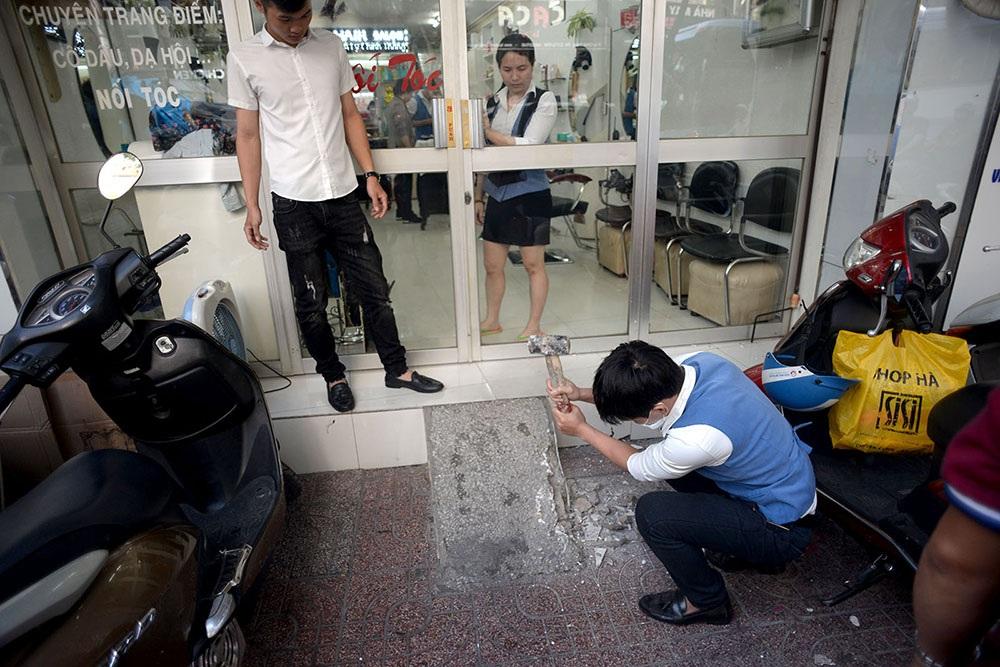 Các hộ kinh doanh trên đường Lý Chính Thắng, quận 3 cũng tự nguyện tháo dỡ phần bậc cửa chìa ra vỉa hẻ.